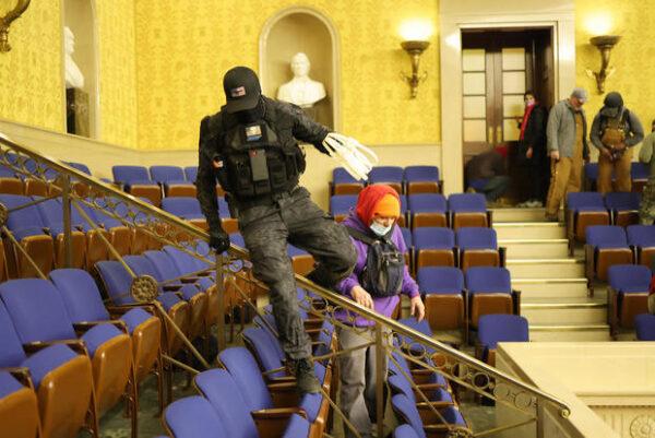 2 men seen in viral photos carrying zip ties during US Capitol riot have been arrested2