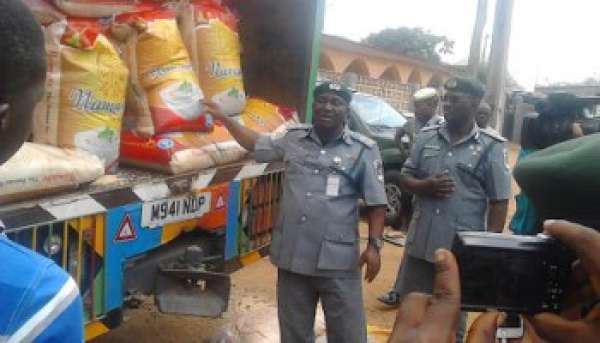 Customs invades Ibadan market carts away truckloads of foreign rice
