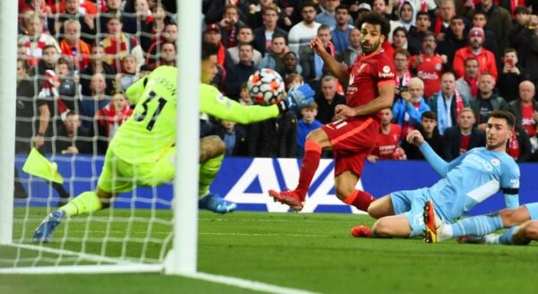 Manchester City Liverpool fail to top table in 2 2 draw